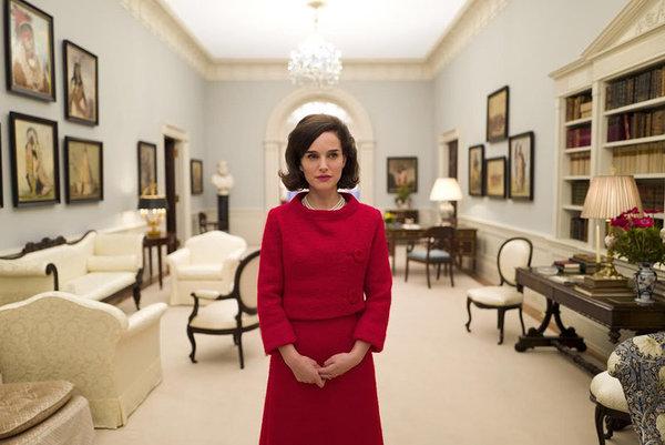 """Pierwsze zdjęcie z planu """"Jackie"""". Natalie Portman jako żona Kennedy'ego (fot. Deadline)"""